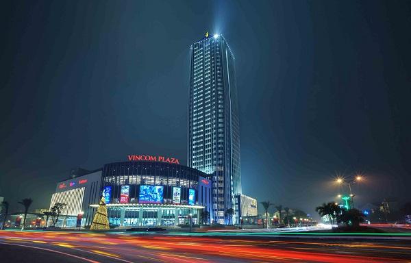 Vinpearl Hotel Hà Tĩnh tọa lạc ngay ngã tư trung tâm sầm uất.