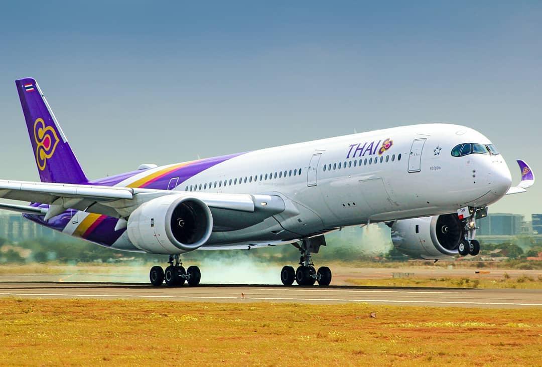 Máy bay là phương tiện di chuyển phổ biến khi đi du lịch Phuket