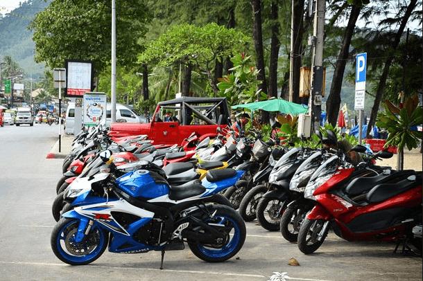 Bạn có thể thuê xe máy để chủ động di chuyển tham quan Phuket