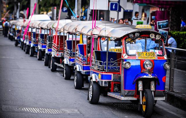 Phương tiện di chuyển phổ biến của khách du lịch là tuk tuk