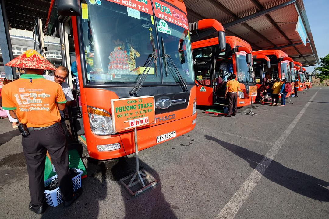 Xe khách là phương tiện di chuyển được yêu thích trong các kinh nghiệm du lịch Cần Thơ tự túc