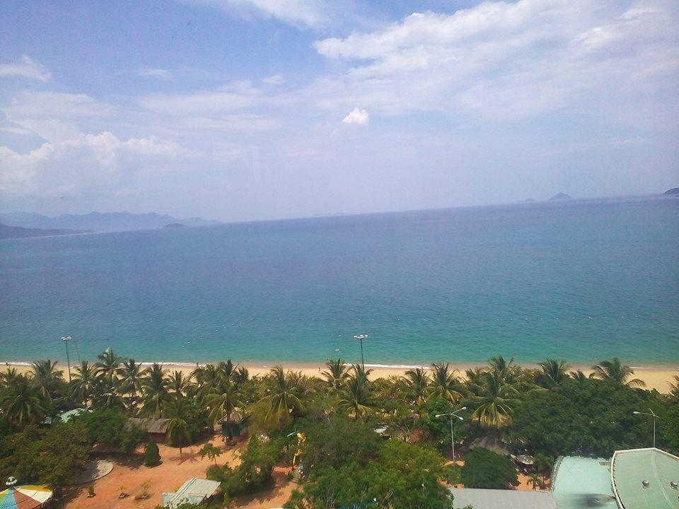 View nhìn bãi biển từ trên cao của một khách sạn trên đường Trần Phú