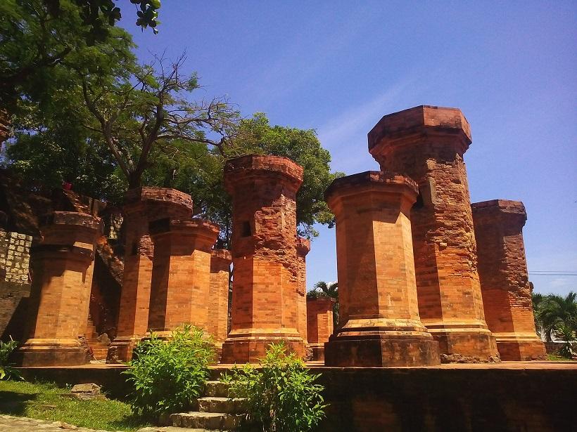 Tháp bà Ponagar nhìn từ phần trước