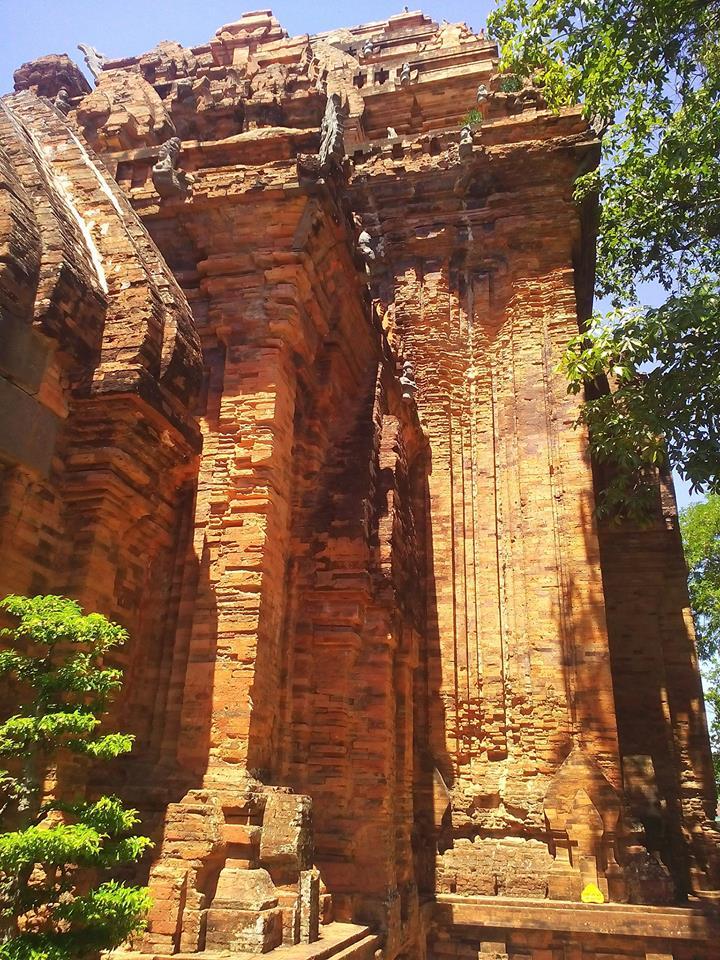 Phần sau của tòa tháp chính dưới nắng Nha Trang tháng 8
