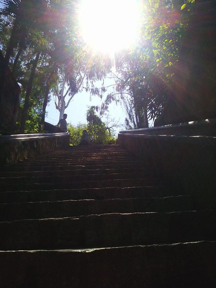Đường lên chùa Long Sơn qua những bậc thang cổ kính