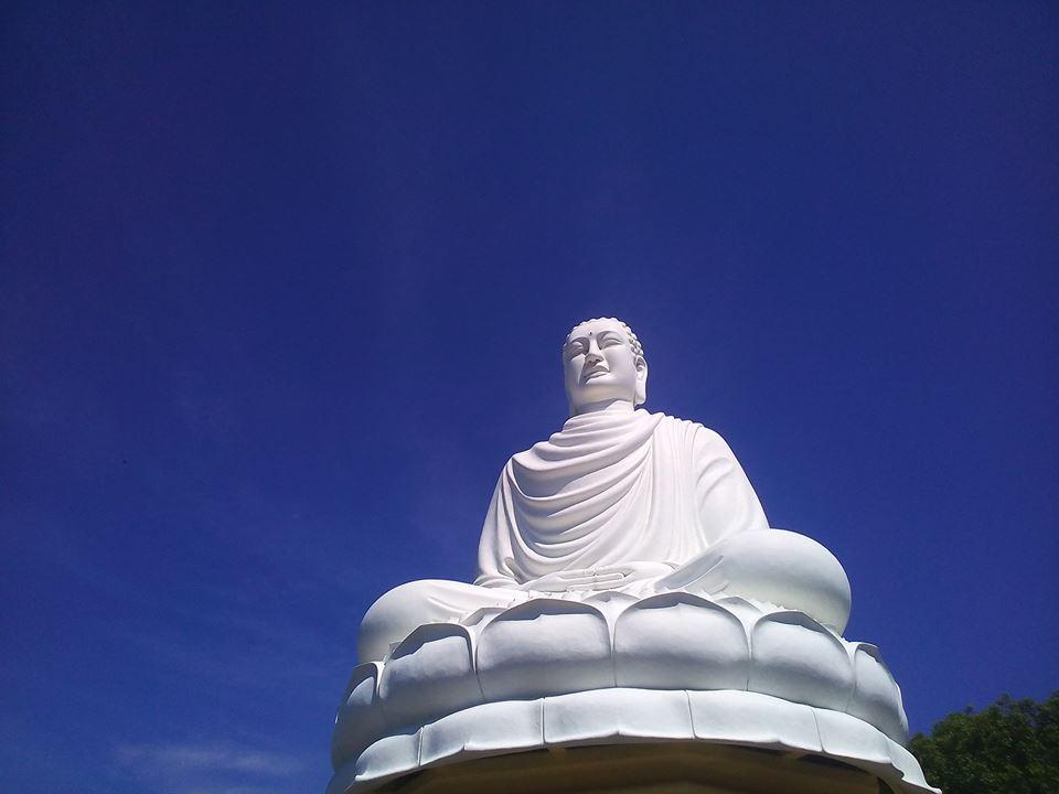 Tượng A Di Đà trắng trên nền trời xanh Nha Trang