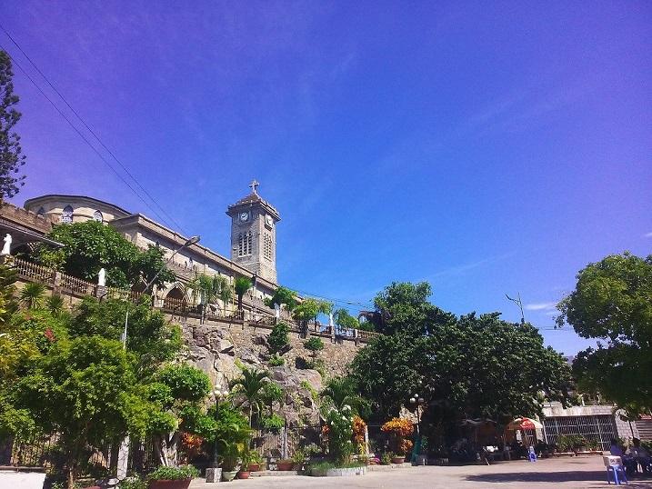 Nhà thờ đá Nha Trang nhìn toàn cảnh nằm trên đồi Hoàng Lân