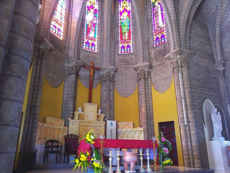 kiến trúc bên trong nhà thờ đá