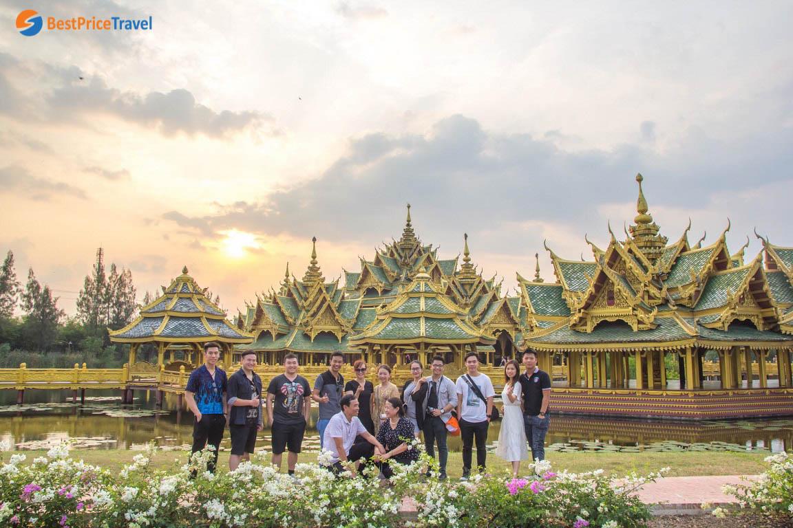 Hình ảnh đoàn mình check in với hoàng hôn ở Muang Boran