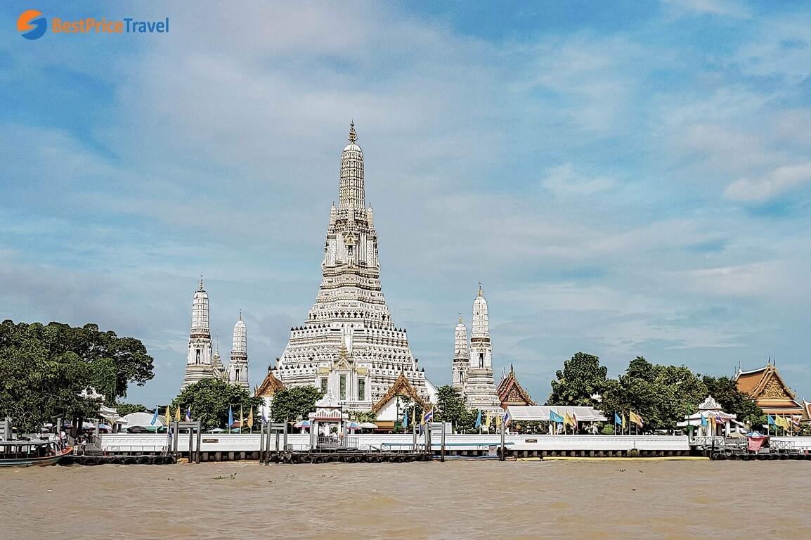 Chùa Bình Minh được nhìn từ phía thuyền trên dòng sông Chao Phraya
