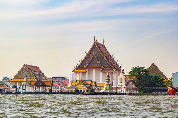 Cung điện hoàng gia nhìn từ sông Chao Phraya