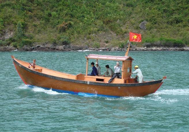 Di chuyển tham quan vịnh Lan Hạ bằng xuồng máy