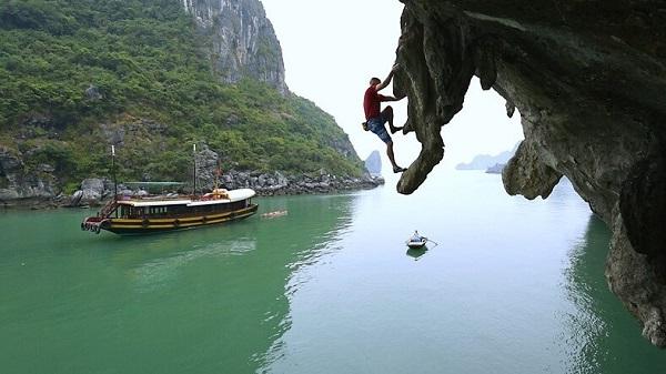 Tham gia hoạt động leo núi tại vịnh Lan Hạ