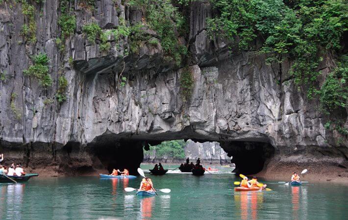 Chèo thuyền Kayak qua hang Luồn là trải nghiệm thú vị bạn nên thử