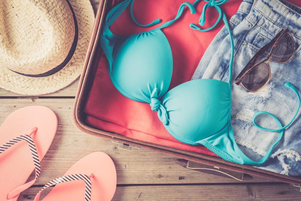 Đừng quên những chiếc nón rộng vành và bộ bikini quyến rũ nhé