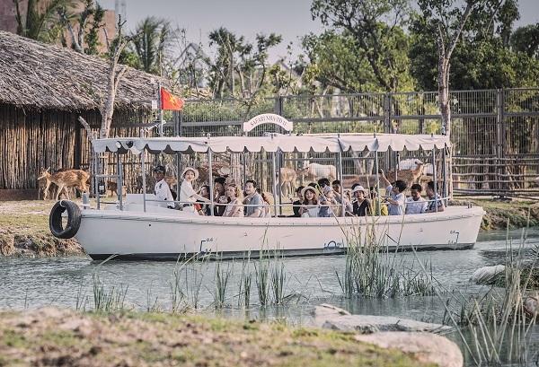 Ngồi thuyền tham quan Vinpearl River Safari Hội An