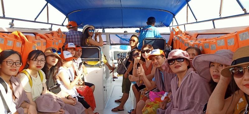 Hành khách di chuyển bằng cano tới đảo San Hô