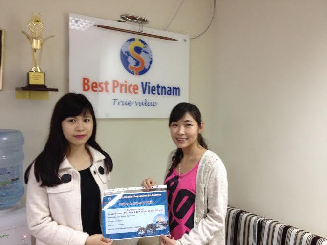 Chị Loan đại diện công ty du lịch BestPrice (bên phải) chụp ảnh lưu niệm cùng người thân của bạn Nguyễn Thị Vân Anh đạt giải nhất cuộc thi (Vì lí do công việc bạn Vân Anh nhờ người thân đến thay)