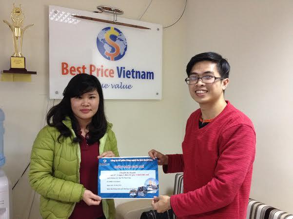 Anh Tú đại diện công ty du lịch BestPrice (bên phải) chụp ảnh lưu niệm cùng bạn Ngô Thị Thanh Nga đạt giải nhì cuộc thi.