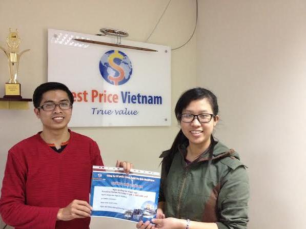 Anh Tú đại diện công ty du lịch BestPrice (bên phải) chụp ảnh lưu niệm cùng bạn Nguyễn Thị Hồng đạt giải ba cuộc thi.