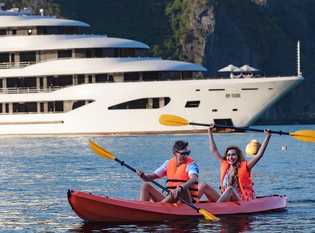 Nghỉ dưỡng và tham gia các hoạt động trên du thuyền Hạ Long