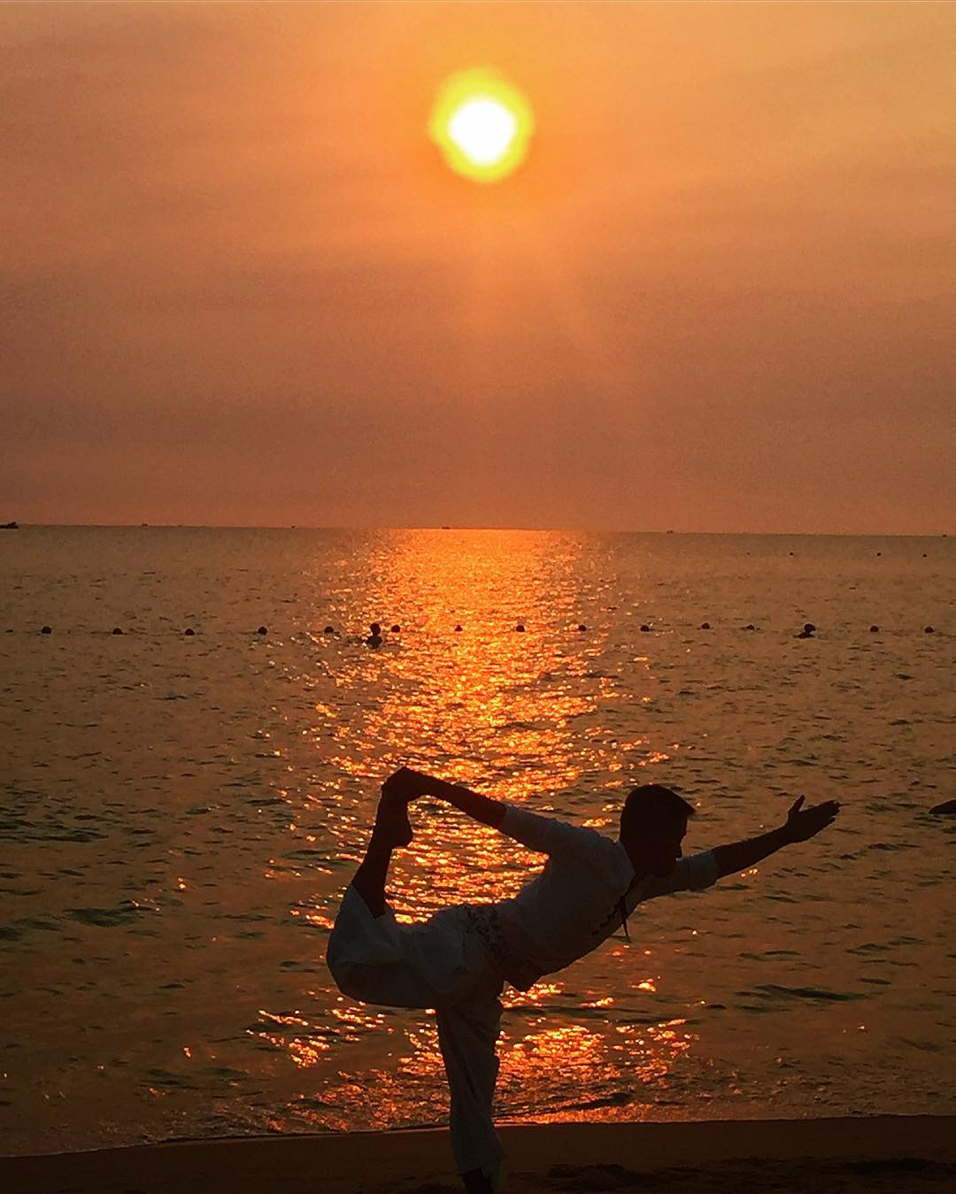 Tập yoga bên bờ biển (@solbymelia_phuquoc)