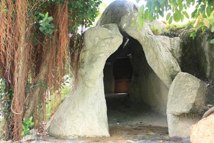 """Lối vào """"Phòng truyền thống"""" của nhà thờ Mằng Lăng"""