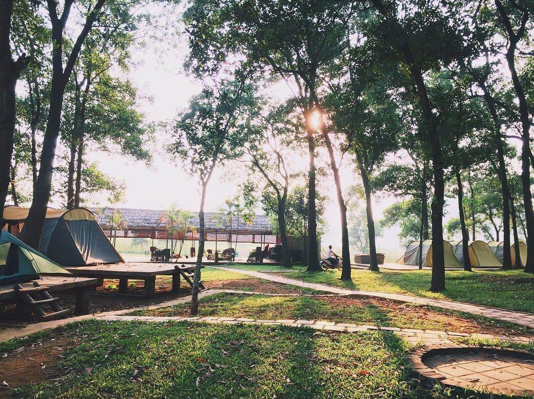 Đồng Mô là địa điểm du lịch cho các cặp đôi gần Hà Nội ở mọi lứa tuổi
