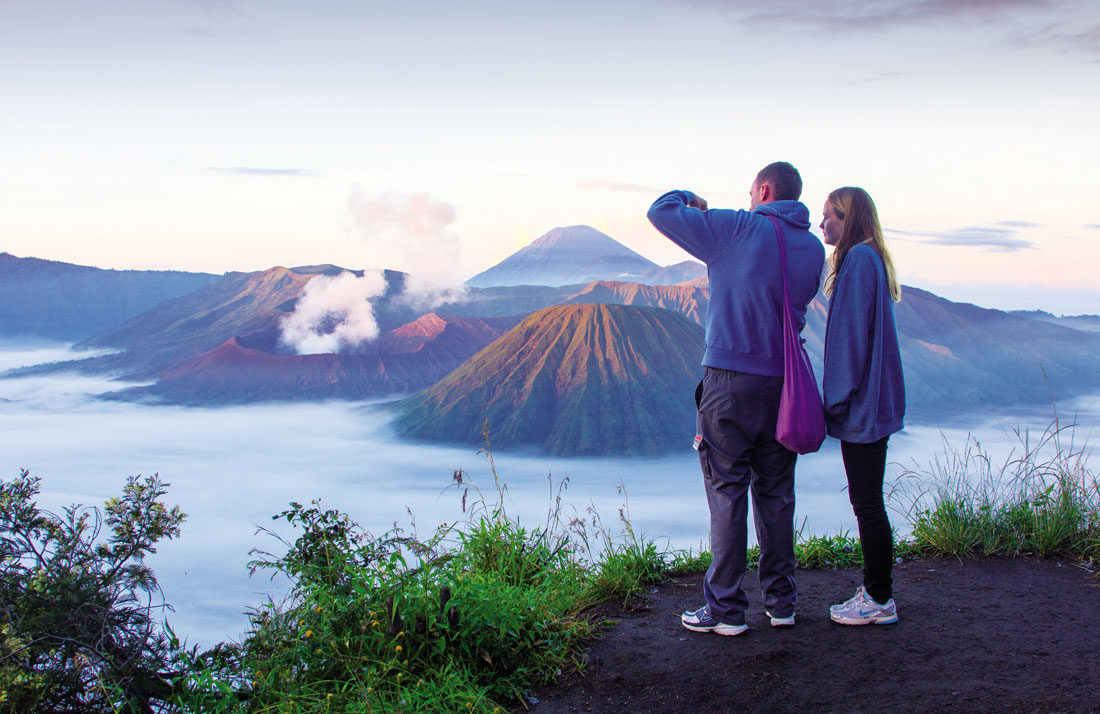 (Du khách chụp ảnh núi lửa Bromo)