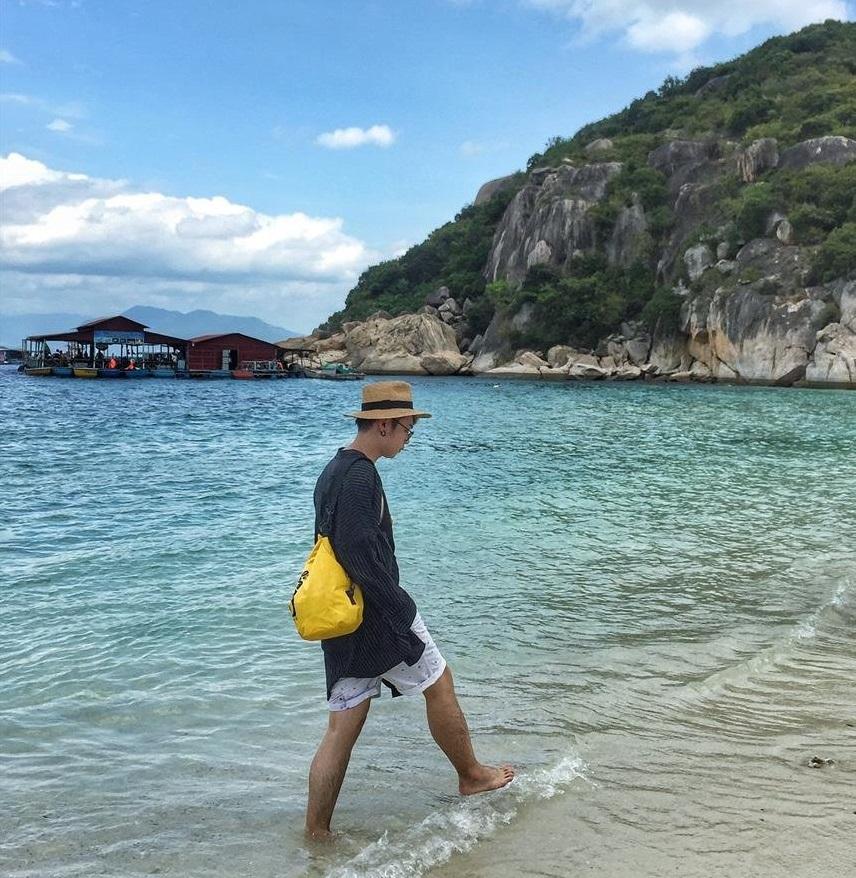Du khách check in ở đảo Bình Ba