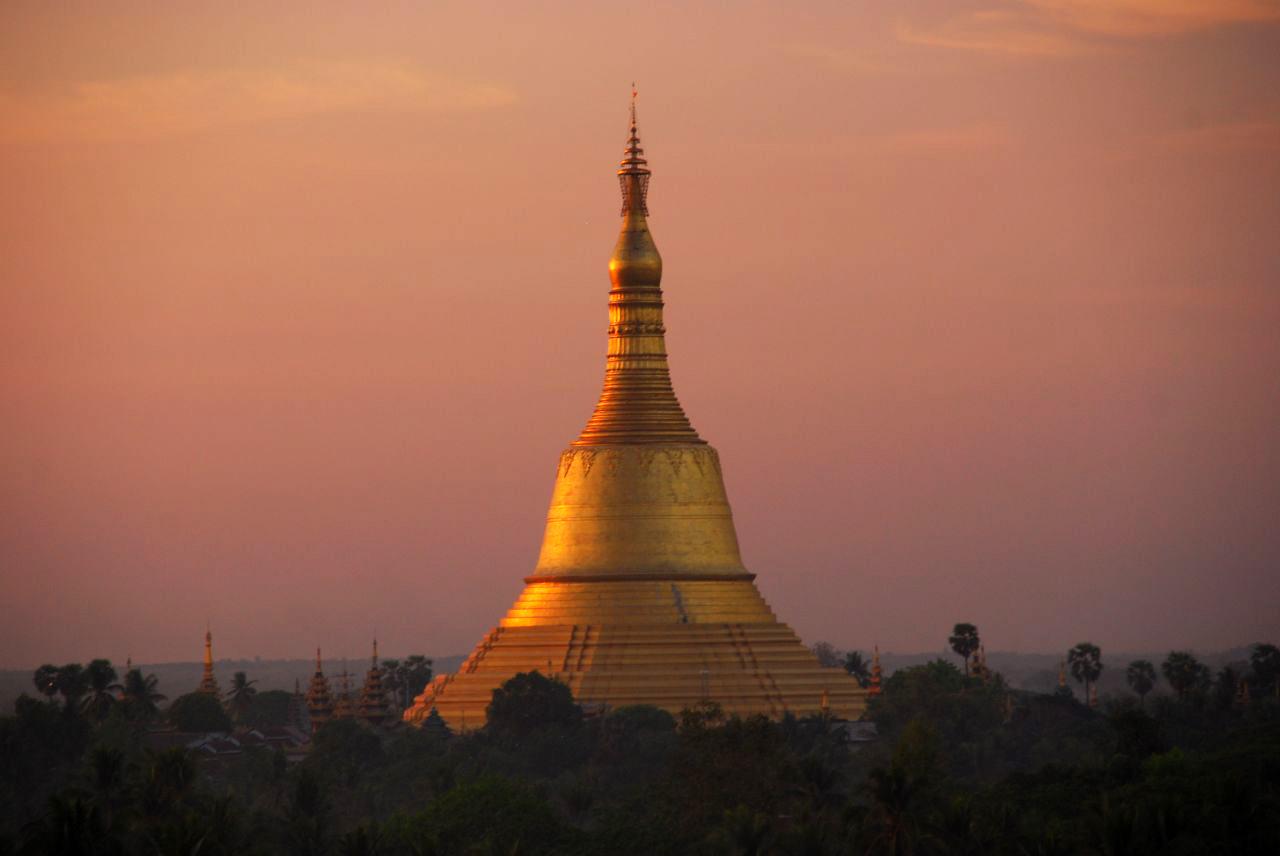 Du khách có thể ngắm nhìn ngôi chùa từ khoảng cách rất xa bởi chiều cao cũng như ánh vàng lấp lánh phát ra từ ngôi chùa.