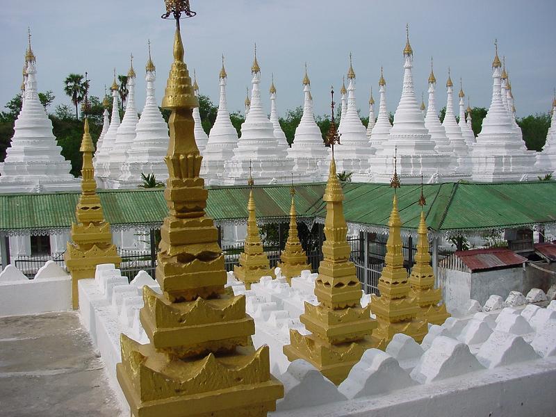Chùa Kuthodaw nằm dưới chân núi Mandalay.