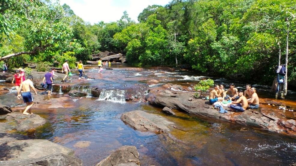 Du khách nghỉ ngơi ăn uống trên những mặt đá ở Suối Đá Bàn