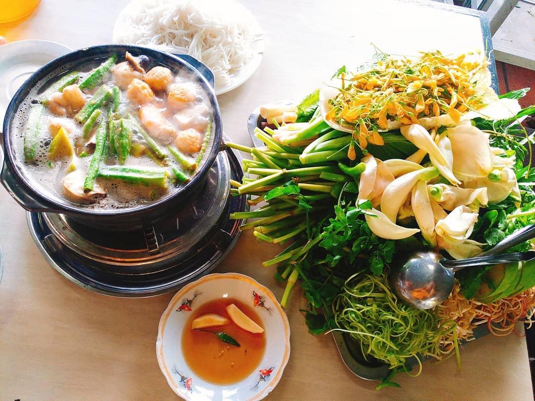 Lẩu mắm Dạ Lý là quán ăn đặc sản Cần Thơ cực kỳ hút khách