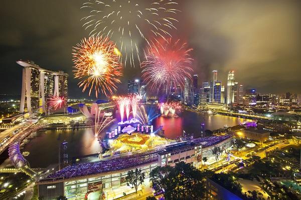 Ngắm pháo hoa ở vịnh Marina