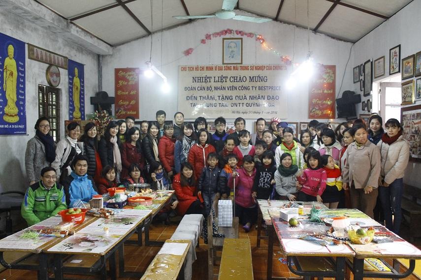 Tập thể BestPrice chụp ảnh cùng các thành viên của trung tâm