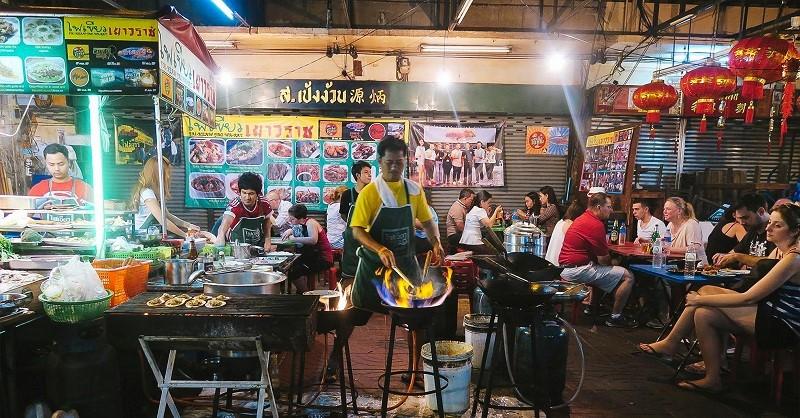 Đường Yaowarat tập trung nhiều nhà hàng quán ăn