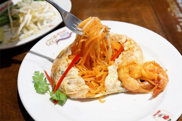 Món Pad Thái tôm được bọc lớp trứng tráng mỏng bắt mắt
