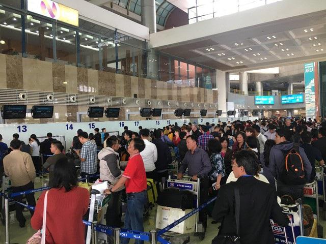 Tình hình xếp hàng dài chờ làm thủ tục tại sân bay dịp Tết