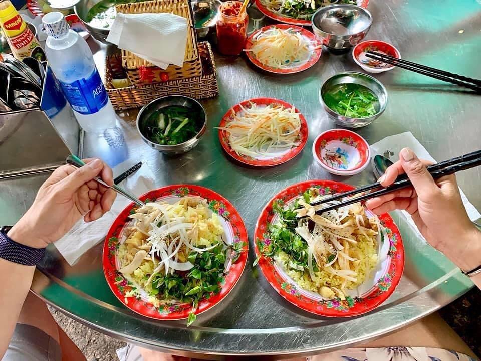 Cơm gà Bà Buội là một trong 10 quán cơm gà ngon ở Hội An được yêu thích