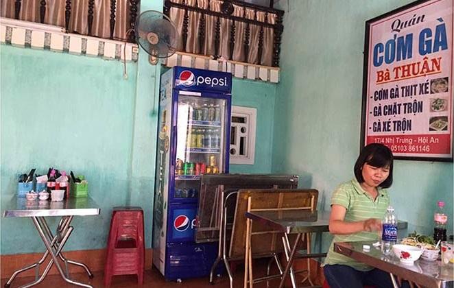 Quán cơm gà Bà Thuận là một trong 10 quán cơm gà ngon ở Hội An có giá bình dân