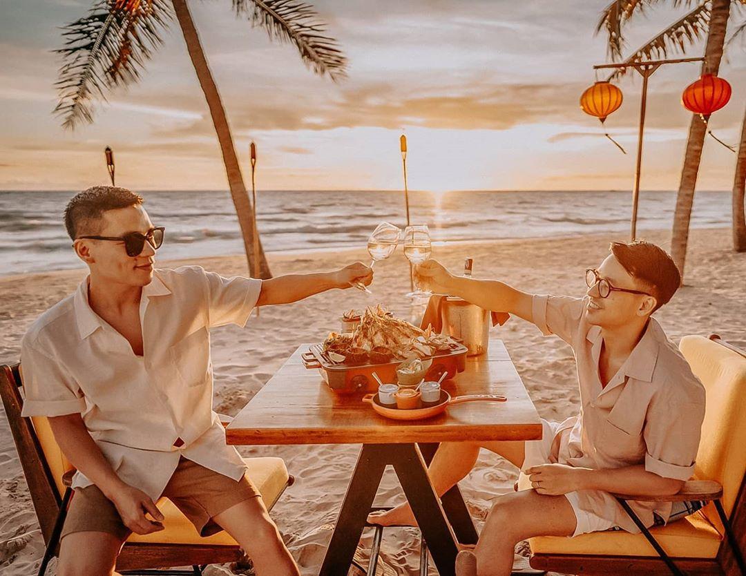 Bữa tiệc đón hoàng hôn bên bờ biển (@adriananhtuan)