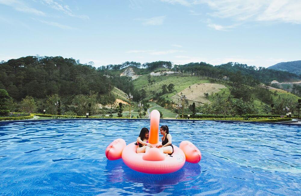 Bể bơi ngoài trời tại Swiss Belresort Tuyền Lâm với tầm nhìn cực đỉnh