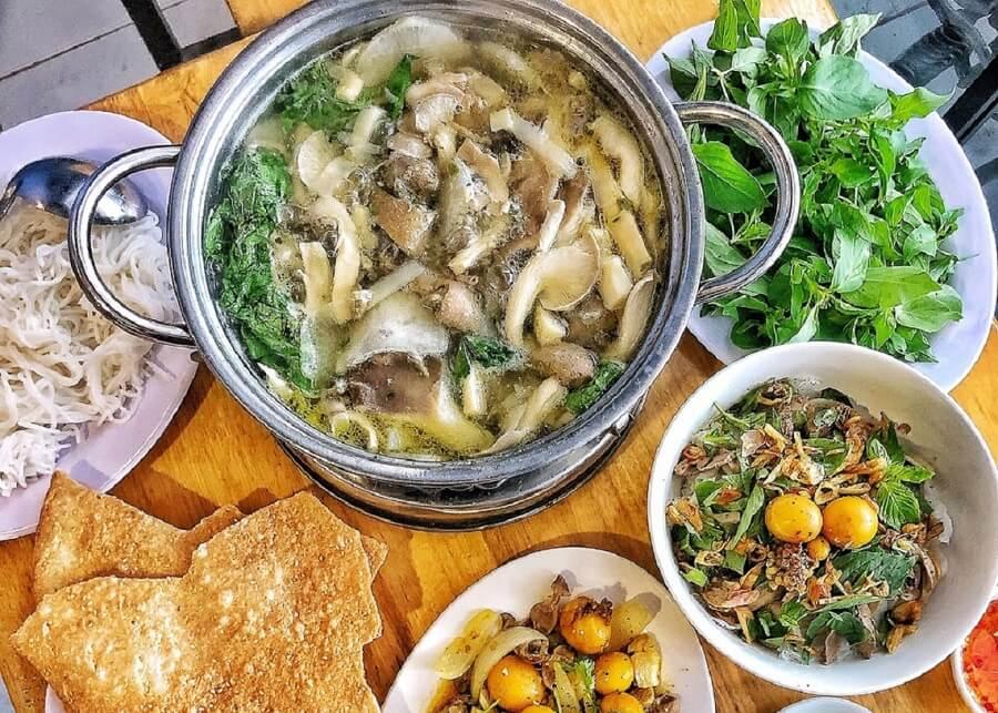 Lẩu gà lá é là món ăn bạn nhất định phải thử khi đến Đà Lạt