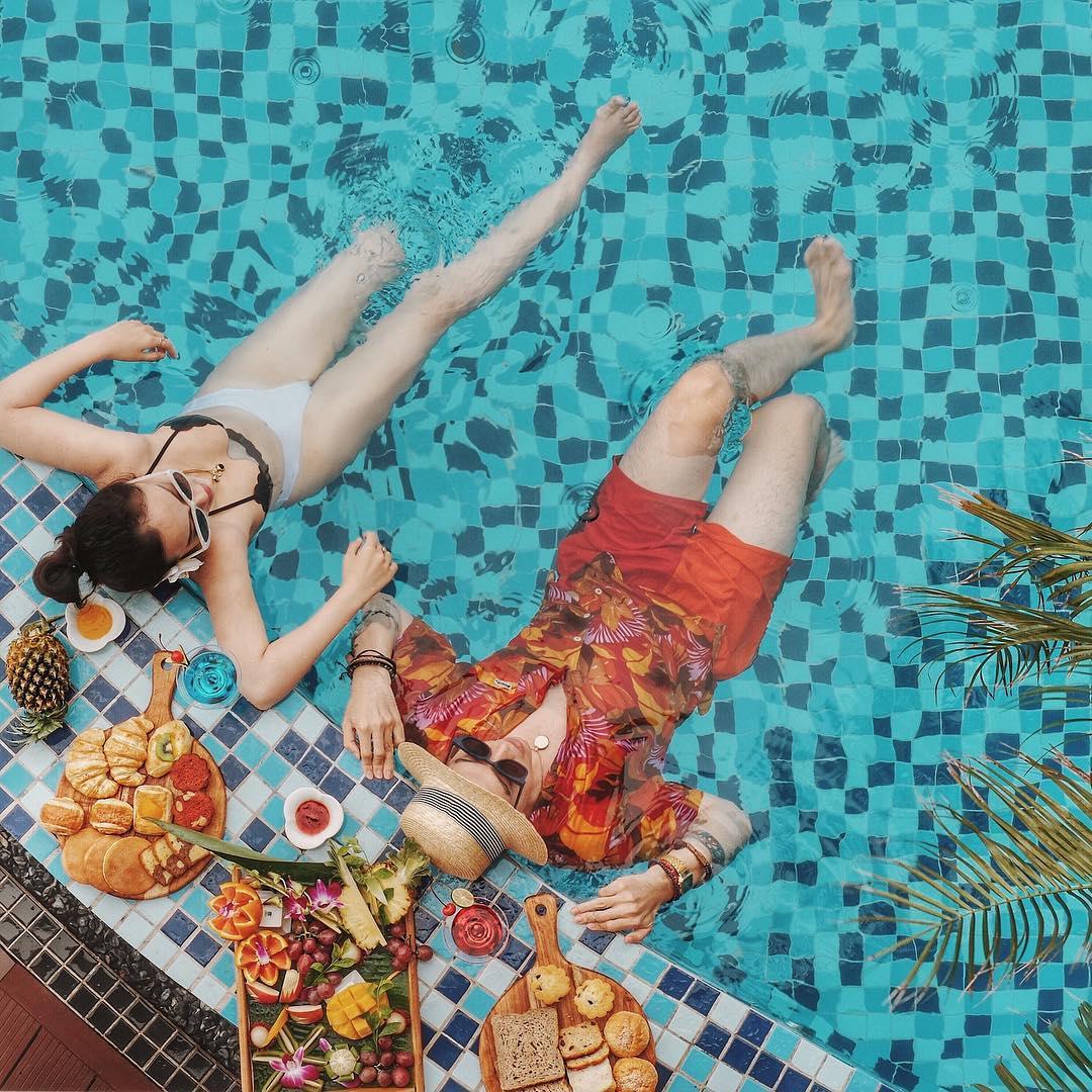 Check-in bể bơi sang chảnh tại khách sạn