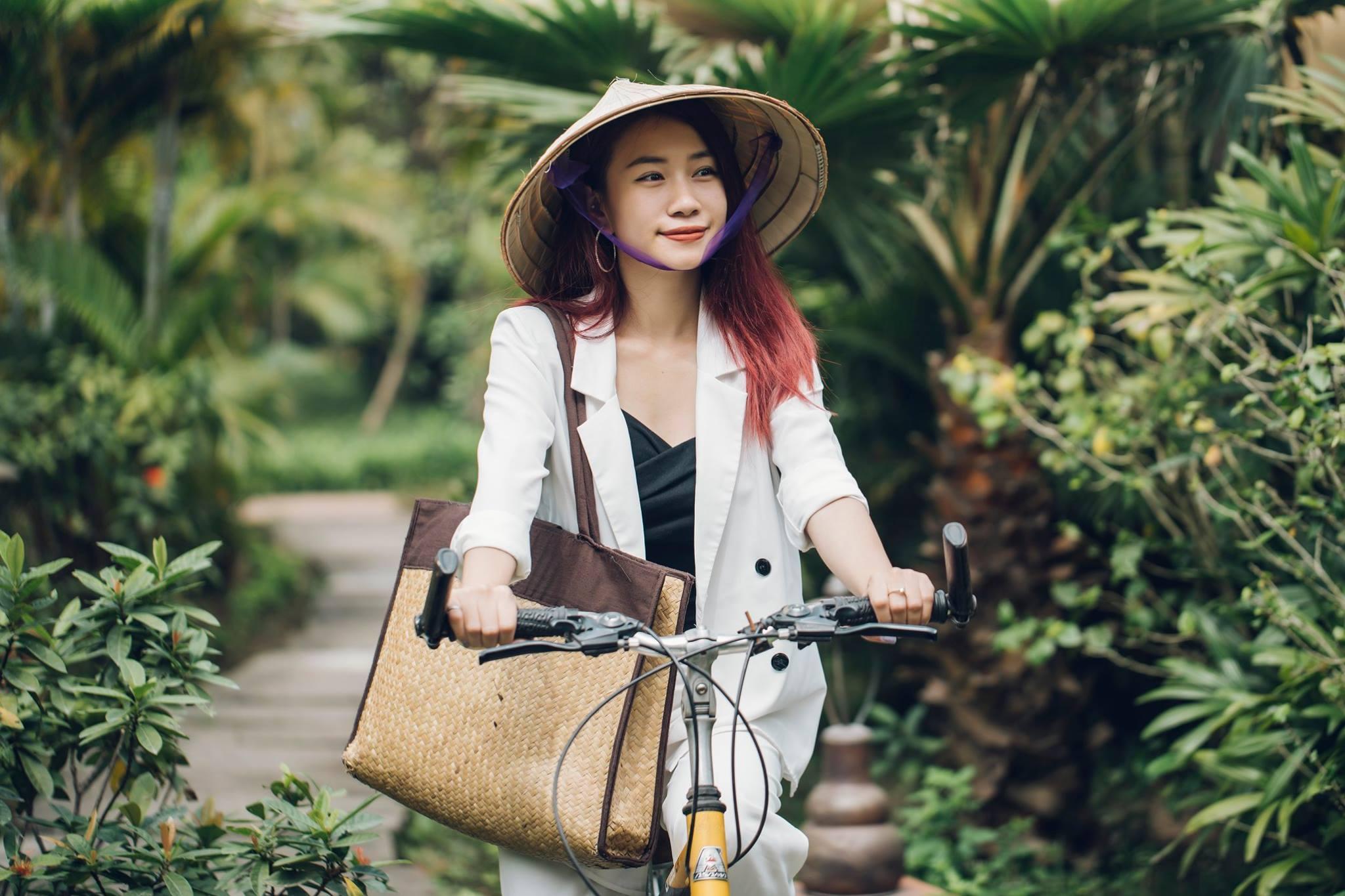 Đạp xe khám phá ngôi làng xanh mát Emeralda Ninh Bình