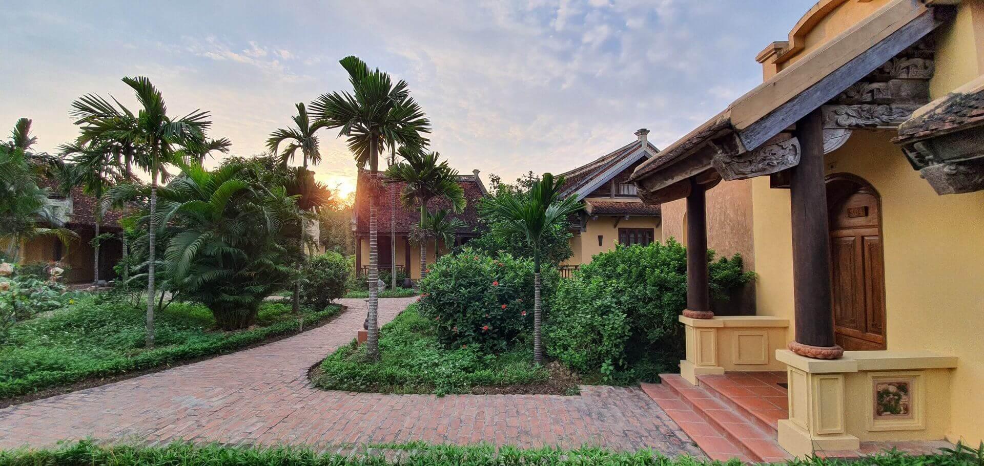 Khung cảnh khách sạn Emeralda Ninh Bình