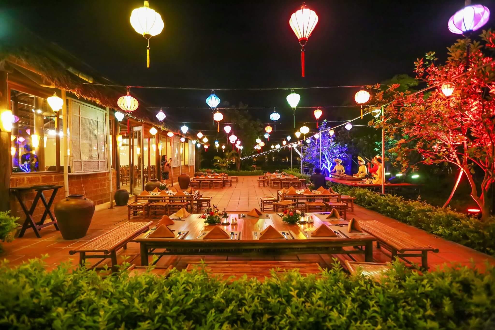 Không gian Chợ làng quê tại khách sạn Emeralda Ninh Bình