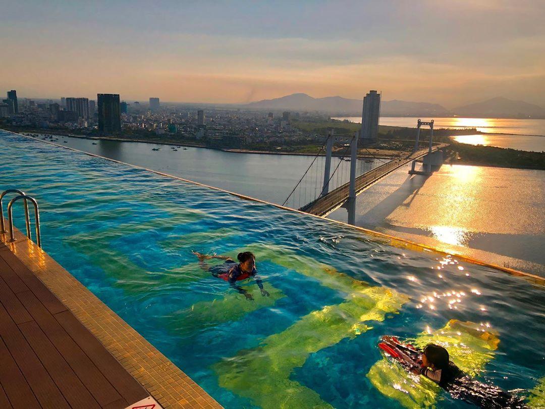 Hồ bơi vô cực tại Golden Bay Hotel Đà Nẵng