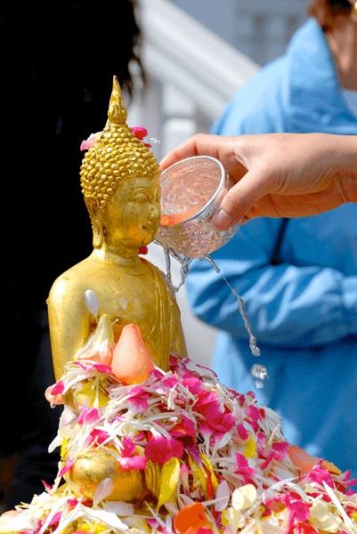 Lễ tắm Phật được tổ chức tại các chùa